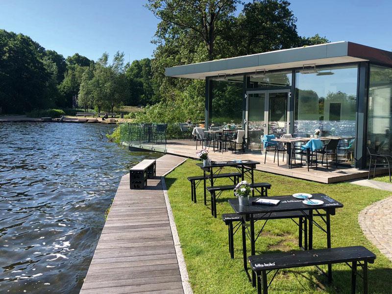 Terrasse mit gemütlichen Sitzmöglichkeiten direkt am See - Café Goldmarie am See
